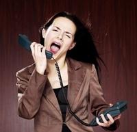 Кричит по телефону